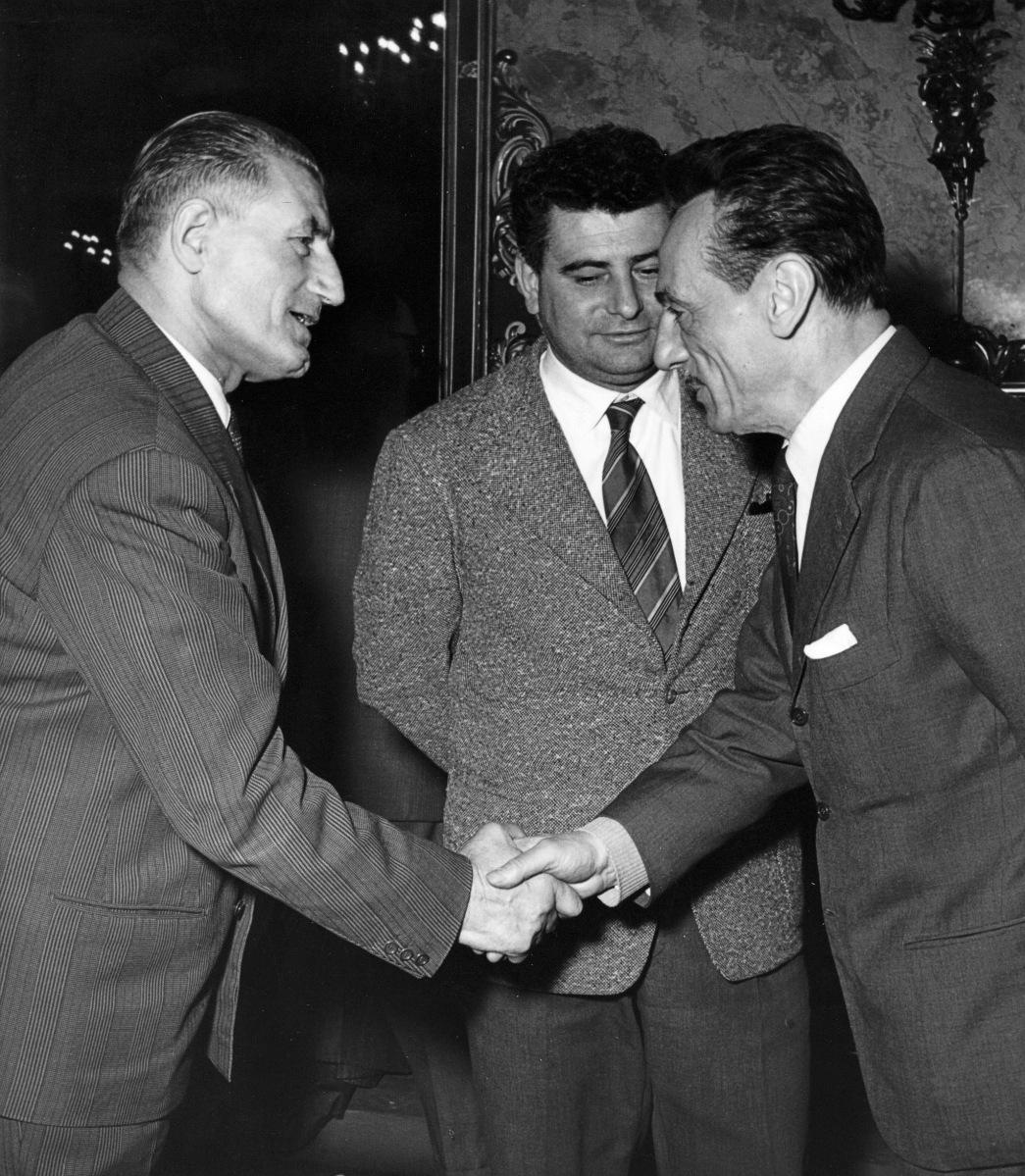 30. 23 marzo 1956. Onorato Malaguti saluta Edoardo De Filippo in occasione del II Convegno sulla Cultura a Palazzo Re Enzo.