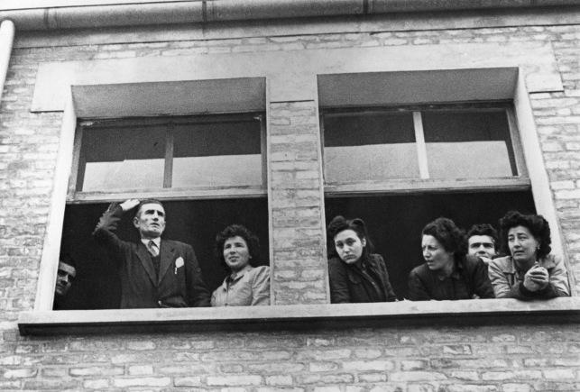 5. 30 gennaio 1948. Onorato Malaguti si affaccia dalla Barbieri & Burzi insieme alle lavoratrici in lotta. Barbieri, già gerarca fascista, fu alla testa dei licenziamenti politici di quegli anni.