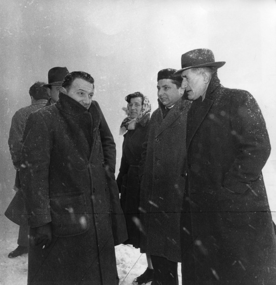 25. Novembre 1954. Davanti al pastificio CORTICELLA il giorno dell'incendio che distrusse gli impianti. Al centro onorato Malaguti.