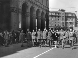 28. I Maggio 1955. Sfila la testa del corteo. Visibili da destra Umberto Romagnoli, Diana Sabbi, Anselmo Marabini, Clodoveo Bonazzi, Onorato Malaguti, Giuseppe Dozza.