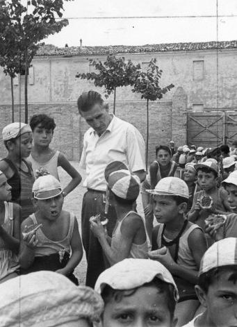 22. 1954. Onorato Malaguti in visita ai bambini della colonia di Cesenatico, gestita dall'U.N.S.I. (il patronato INCA CGIL).