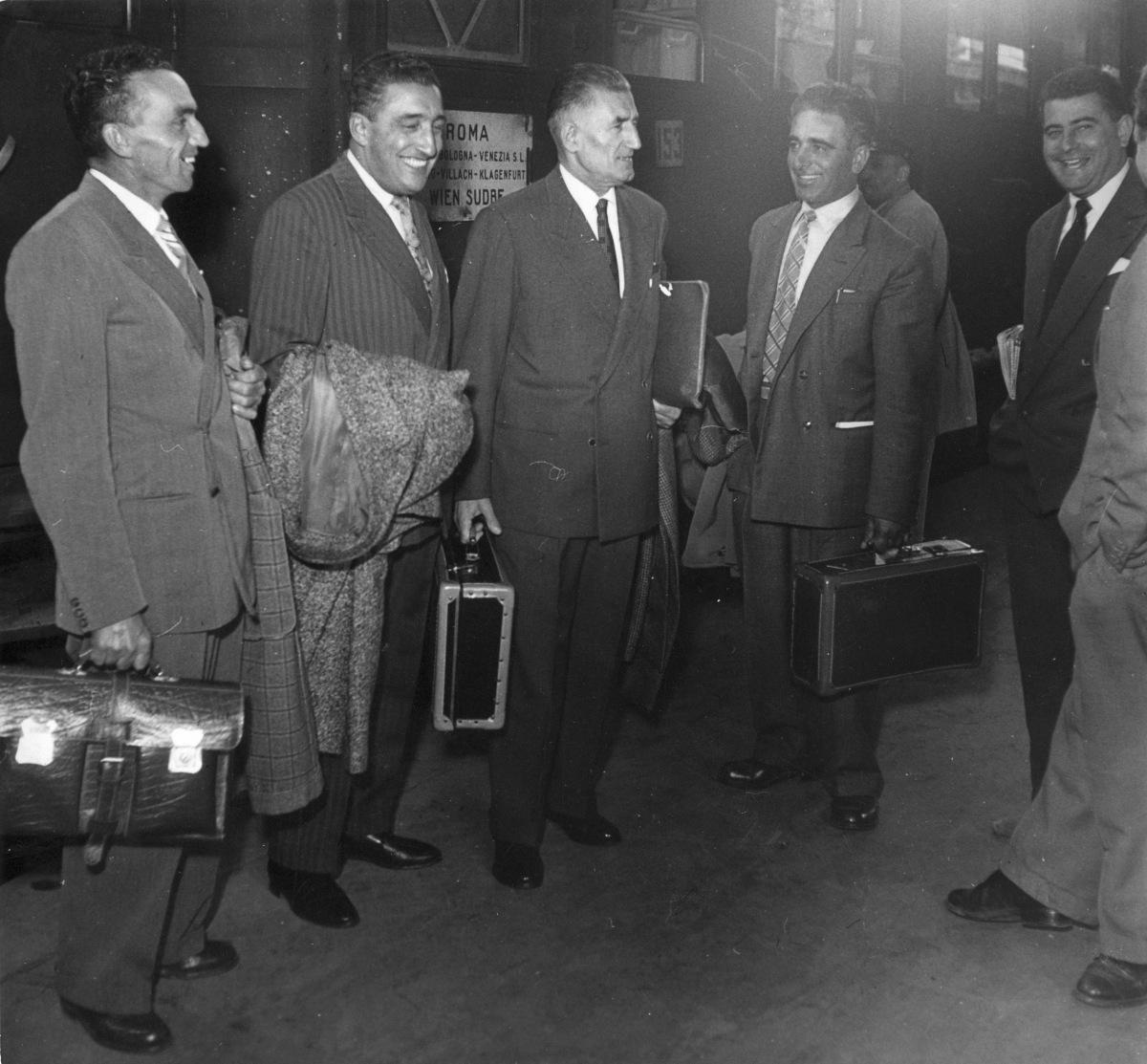 18. Ottobre 1953. I delegati di Bologna in partenza per il Congresso Sindacale Mondiale, che si terrà a Vienna. Malaguti fece parte della Commissione Politica del Congresso e Di Vittorio, alla fine del Congresso, fu eletto Presidente della Federazione Mondiale dei Sindacati.
