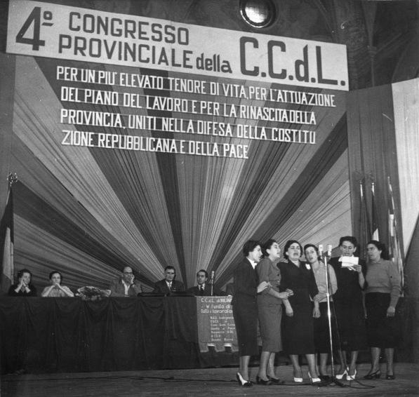 12. 26/28 settembre 1952. IV Congresso della C.d.L. di Bologna. Nel Salone del Podestà il canto delle Mondine.