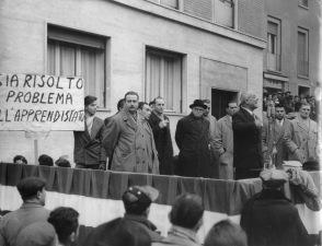 19. 23 Dicembre 1953. Oreste Lizzadri, della Segreteria nazionale CGIL, conclude un comizio. A destra O. Malaguti; a sinistra Arvedo Forni.