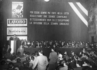23. 1954. Manifestazione per il tesseramento con Giuseppe Di Vittorio. Al tavolo primo a sinistra A. Forni, quarto O. Malaguti.