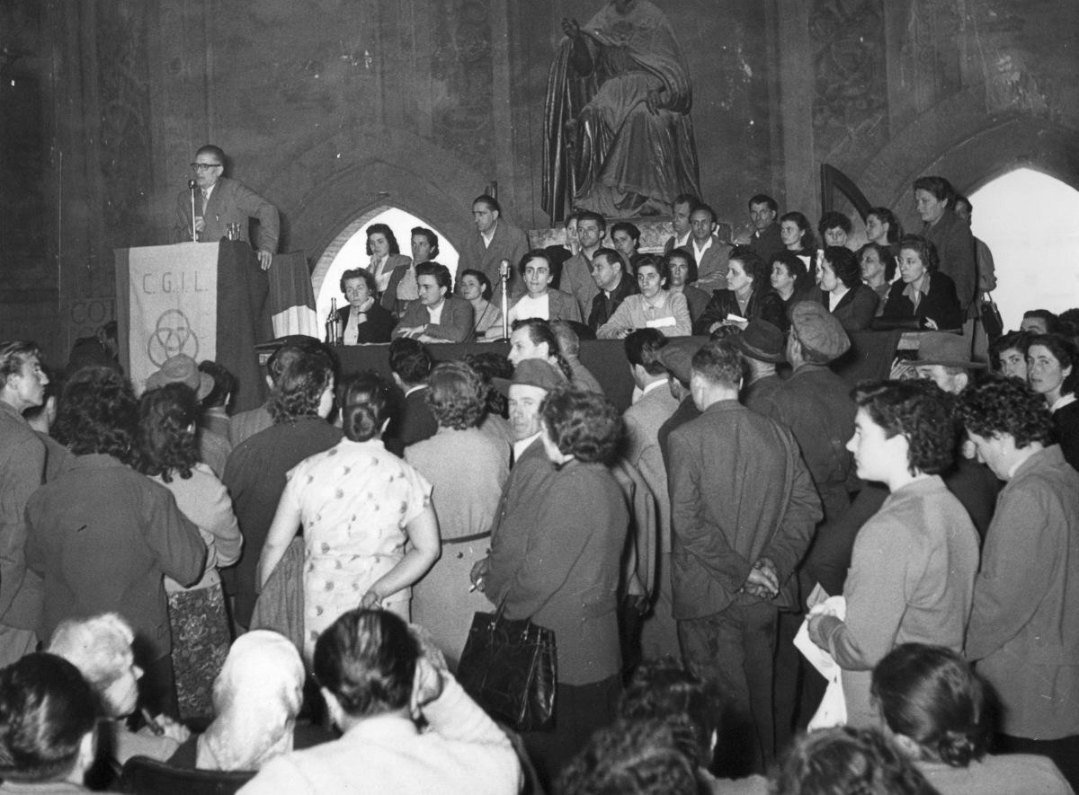 10. 20 febbraio 1951. A Palazzo d'Accursio convegno delle donne della CGIL e dell' UDI. Interviene O. Malaguti. Al tavolo prima a sinistra Diana Sabbi della Segreteria della C.d.L. provinciale di Bologna.