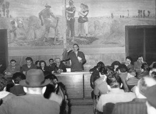 24. Aprile 1954. O. Malaguti apre i lavori sul programma del I Maggio all'attivo sindacale della CGIL di Bologna nel Salone della C.d.L. Alle sue spalle uno degli affreschi di Galileo Chini, che furono scialbati alla fine degli anni '50.