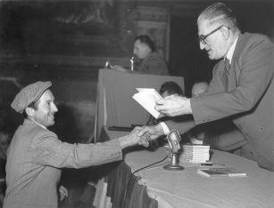 20. 16 gennaio 1954. Premiazione dei migliori attivisti sindacali nel Salone del Podestà.