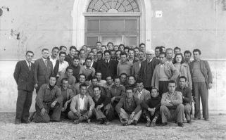 8. 4 aprile 1950. Foto di gruppo alla scuola sindacale del Gallo di Castel S. Pietro. Al centro Di Vittorio. Secondo da sinistra O. Malaguti.