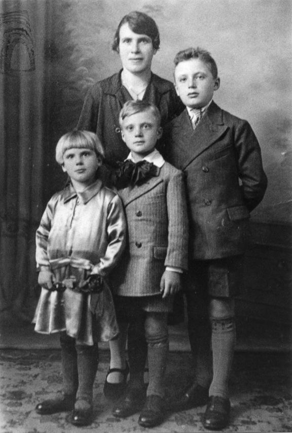 1. 1935. La famiglia di Onorato Malaguti: la moglie, Olivia Caselli, i figli Elirpa. Remo e Giorgio, che morirà da partigiano il 19 marzo del 1945.