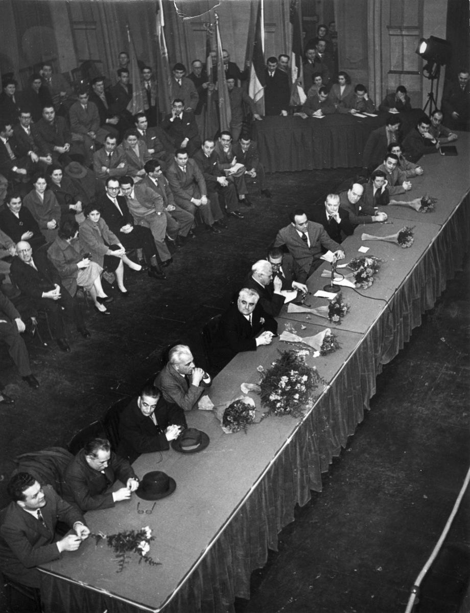 26. 27 febbraio 1955. Decennale della ricostruzione della Camera del Lavoro di Bologna. Commemorazione al Teatro Comunale. Al centro della presidenza G. Dozza. C. Bonazzi e O. Malaguti.
