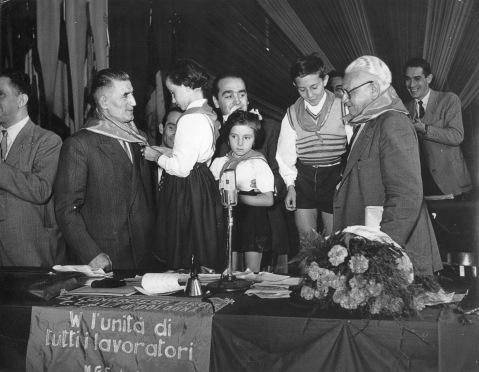 14. Settembre 1952. IV Congresso della C.d.L. di Bologna. Onorato Malaguti riceve il saluto dei piccoli Pionieri (Associazione dei Ragazzi Pionieri d'Italia promossa dal PCI.).