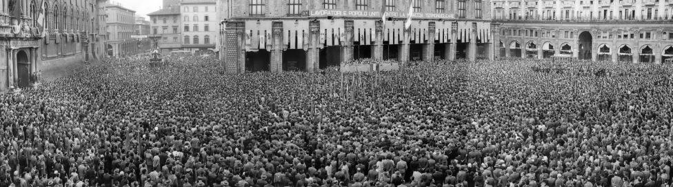 34. I Maggio 1957. In Piazza Maggiore G. Di Vittorio conclude il comizio del I Maggio dedicato ai temi della minaccia nucleare. Sarà l'ultima volta di Di Vittorio a Bologna. Morirà infatti nell'ottobre del 1957.